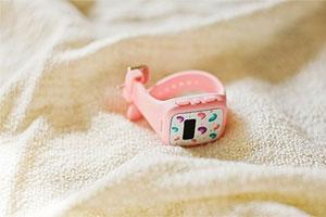 陷入泡沫中的儿童智能手表