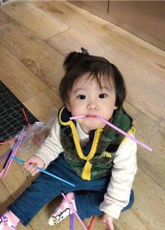 贾静雯女儿����粘着爸爸 画面实在是太甜了