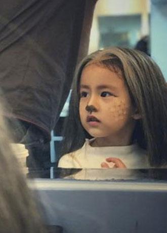 黄磊女儿多妹对镜化妆扮梅花鹿 可爱爆棚