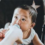 牛奶含有多�N�V物�| ����多大年�g才能喝牛奶