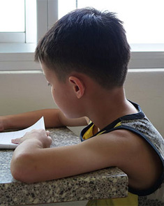 陪孩子写作业 却挨丈夫一耳光 妈妈们愤怒了!
