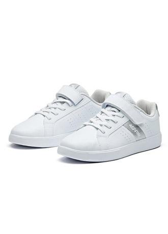 百搭休闲小白鞋 显现青春活力的气息