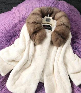 寒冬时尚单品:羽绒服PK貂皮大衣