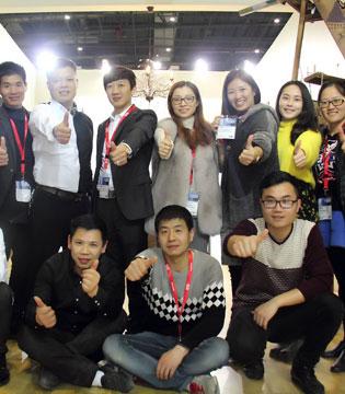 韩国林芊国际服饰有限公司致林芊家人 祝你鸡年事业腾飞!万事如意!