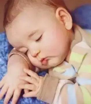 为何宝宝抱着才能睡着?