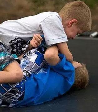 孩子被欺负 打回去或不打回去都错 还有第三种选择!