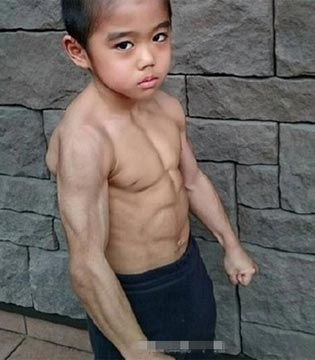 他的偶像是李小龙 6岁练就一身肌肉