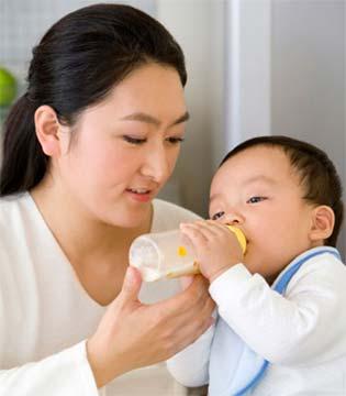 育儿知识  给宝宝喂奶时你能不能专心点