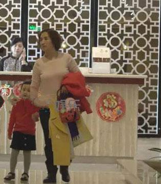 黄磊又双��当爸爸了?爱妻挺大肚牵女儿游玩