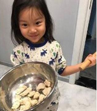 甜馨早起包饺子 从小培养做家务