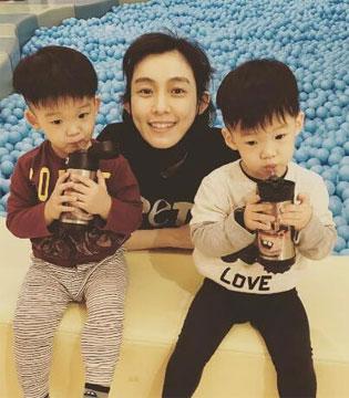 好萌 范玮琪晒两个可爱儿子学做蛋糕照片