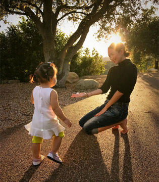 章子怡与女儿在路边玩石子 醒宝又长高了呢