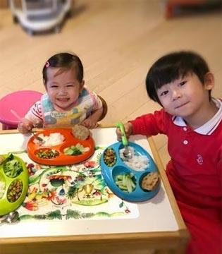 陈浩民三个孩子超乖巧 排排坐地上吃饭