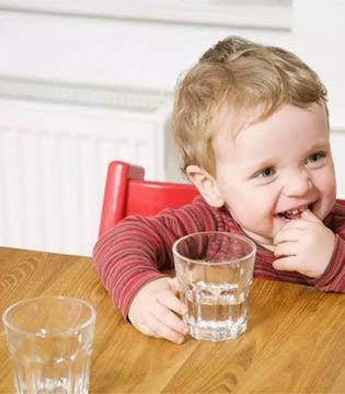 宜品分享  别再使劲儿喂了  水对婴儿是有毒的