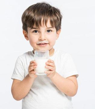 """妈妈们注意啦  别再给孩子喝这5种""""伪营养""""奶了"""