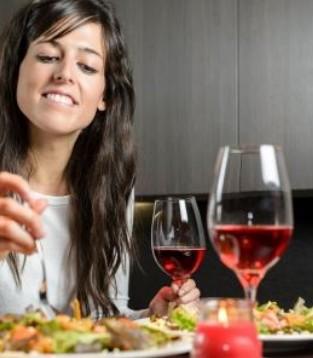 吃饭也要说讲究 需避开这6个吃饭误区