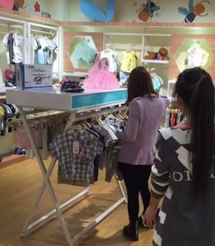 一派繁荣的景象就是衣童盟广西贺州店和贵州店两店齐签约