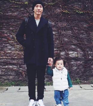 贾静雯在家坐月子 老公修杰楷带����玩得好开心