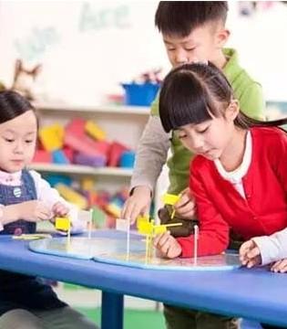 幼儿园忙着赚钱而家长也急着送  孩子毁了要怪谁