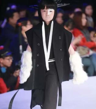 久久童装北京时装周秀场  把《山海经》搬到了舞台上