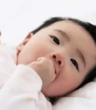 宝宝老是爱吃手指应该怎么办  月龄不同利弊不同