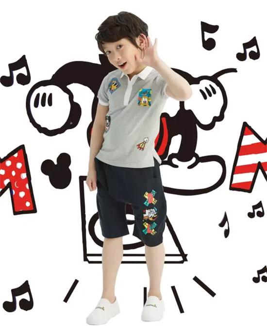 那么多套造型,米奇当然也不能太随意,印花T恤配吊裆裤,穿着舒适图片