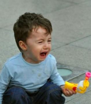 带孩子逛街看看啥都哭着想要  聪明的妈妈都这样做