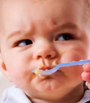 父母别再追着孩子喂饭  这是对孩子彻头彻尾的伤害