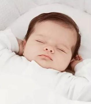 宝宝睡觉不踏实家长们该如何护理  不要盖过厚的被子