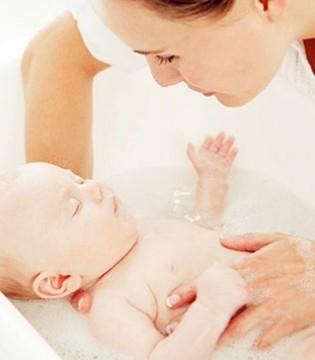 宝宝要慎用成人沐浴液  会对宝宝皮肤造成刺激