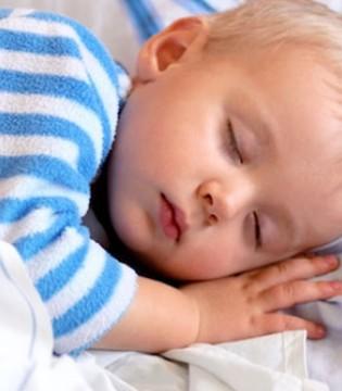 宝宝睡觉总是喜欢踢被子  原来是因为这个原因