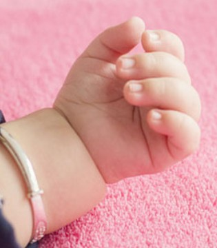宝宝小手探知身体健康  指甲容易劈裂要补维生素A