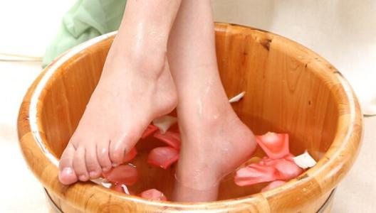 泡脚有哪些好处   用中药泡脚是利用热水促进药物渗透进人体的作用,即可保证药物能通过脚部透达周身经络,又不会出现口服药物过量导致不良反应的情况。可选择适合自身需要的中药配方,将刚煎好的中药放入足浴盆中,利用中药蒸汽熏蒸足部约10分钟。   中药熏蒸是中医重要的外治法之一,将其应用于足疗中,能借助水蒸气扩张足部的毛细血管,使中药的有效成份充分地通过毛血管循环至全身经络,再循经络运行到五脏六腑,从而达到内病外治,上病下治的作用。   然后再加水调温浸泡三十分钟左右,通过双手对自己做自我按摩,使药物更好刺