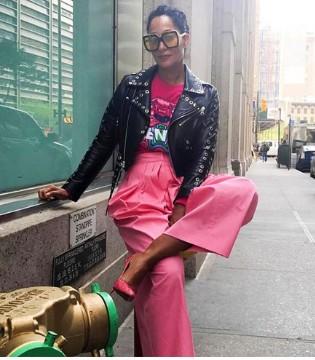 想做最受欢迎的摇滚妈咪 用机车夹克配粉红阔腿裤吧