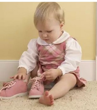 别给孩子穿这种鞋了 严重影响孩子脚部和大脑发育