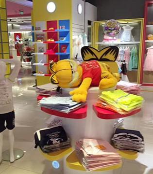 加菲猫童装北京君太店里的孩子和大人们都一样开心快乐
