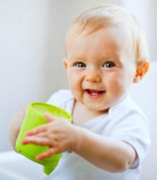 夏季炎热补水很重要 宝宝喝水的小诀窍