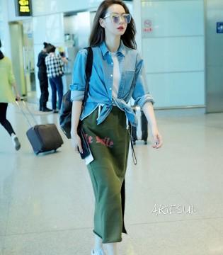 时尚辣妈戚薇现身机场 既舒适休闲又潮范十足