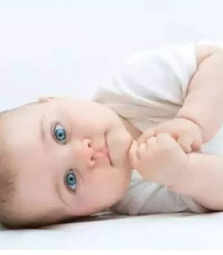 宝宝对不起果汁不能分你一半了 因为美国儿科协会这样说