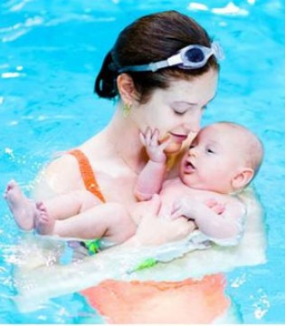 2个月宝宝因游泳进了重症监护室 你还盲目跟风吗