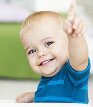 宝宝扔东西可能是在感知世界 家长别盲目阻止
