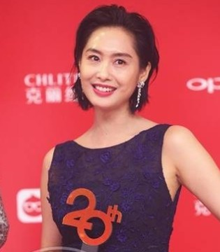 朱茵现身电影节金爵奖颁奖典礼 紫色蓬蓬裙大露美背