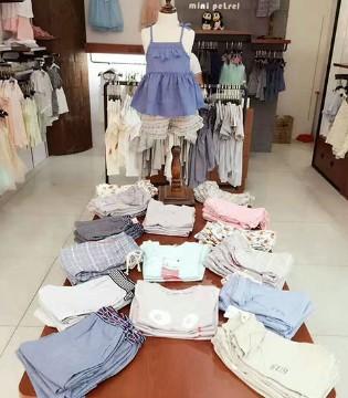 Mini Petrel咪呢皮特品牌童装山东青岛店消散了盛夏的烦躁