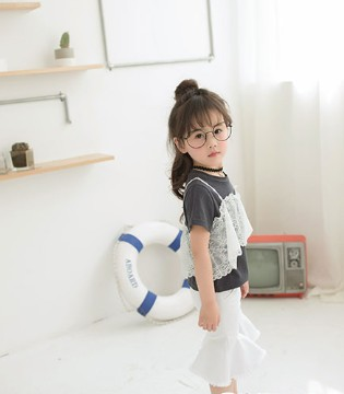 我的小女孩 穿上了三只小熊品牌童装的她真的很美