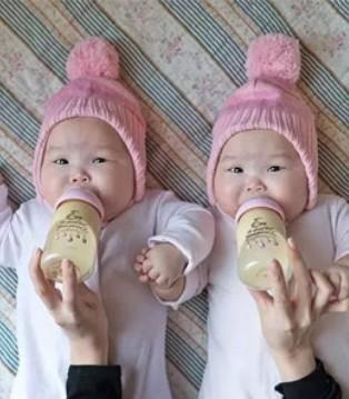 """新加坡妈妈生了一对""""复制黏贴""""的双胞胎 居然这么玩"""