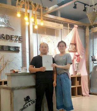热烈祝贺琦瑞德泽品牌童装山东莱芜市德牌专卖店签约成功