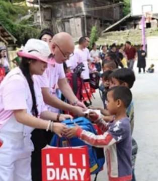 莉莉日记带上捐赠物资 走进大山慈善义捐