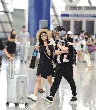 陈晓陈妍希夫妇带儿子现身机场 陈晓抱娃爸爸力Max