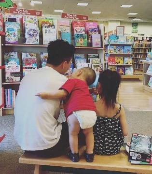 李小鹏带女儿奥莉去看书 被儿子实力抢镜