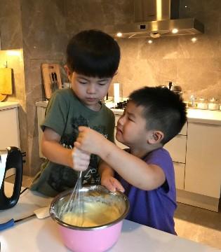 胡可晒儿子做蛋糕 安吉小鱼儿争抢打蛋器